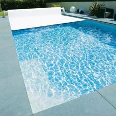 Couverture de sécurité destinée à empêcher l'accès de la piscine aux enfants de moins de 5 ans